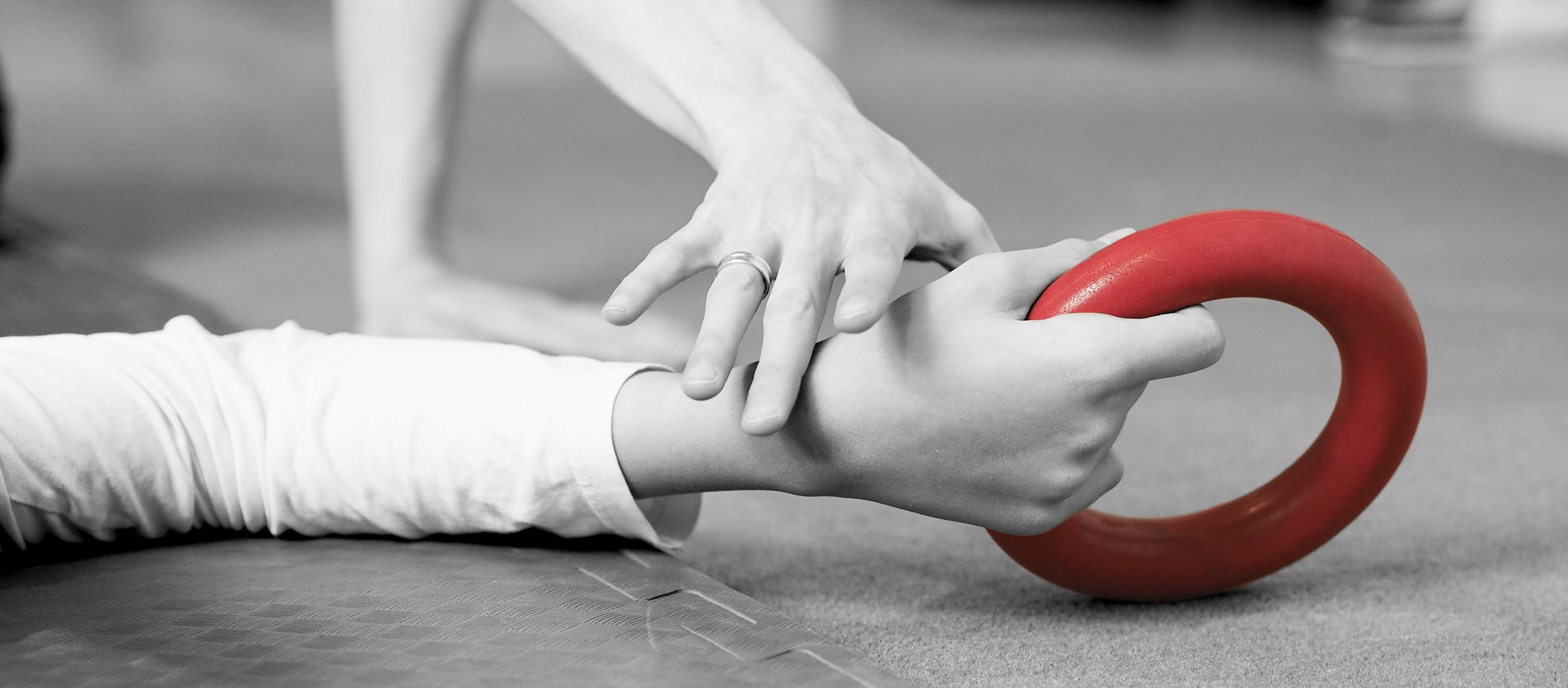 Nærbilde av hender som trener med ring