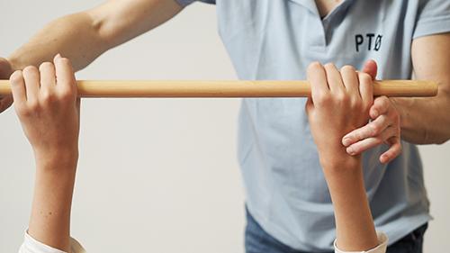 fotografi for nedlasting - to personer trener med en stokk