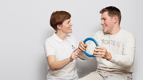 fotografi for nedlasting - smilende dame og mann trener med en ring