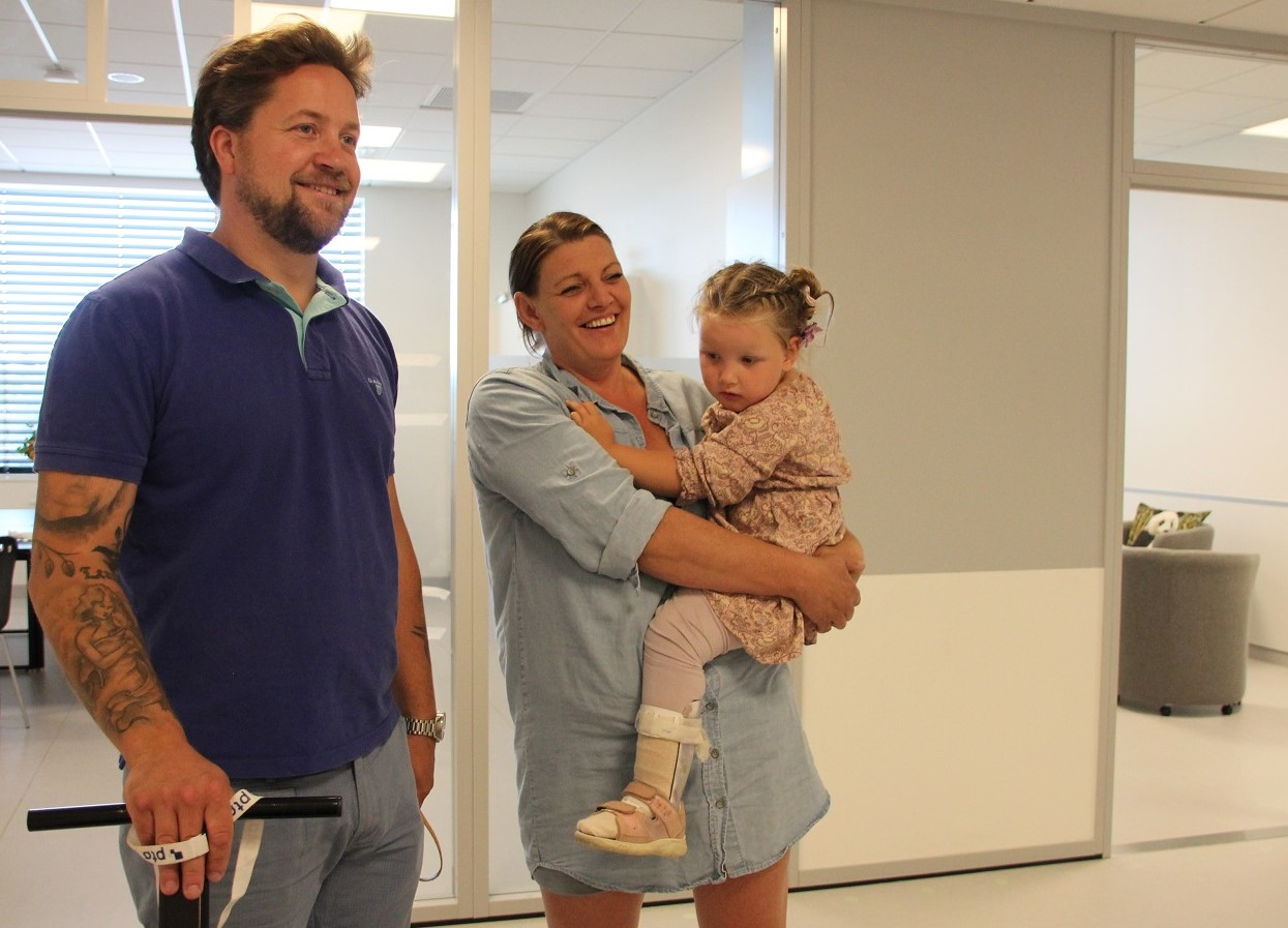 Foto av Kjell-Magne og Camilla Sagstuen sammen med datteren Olivia.