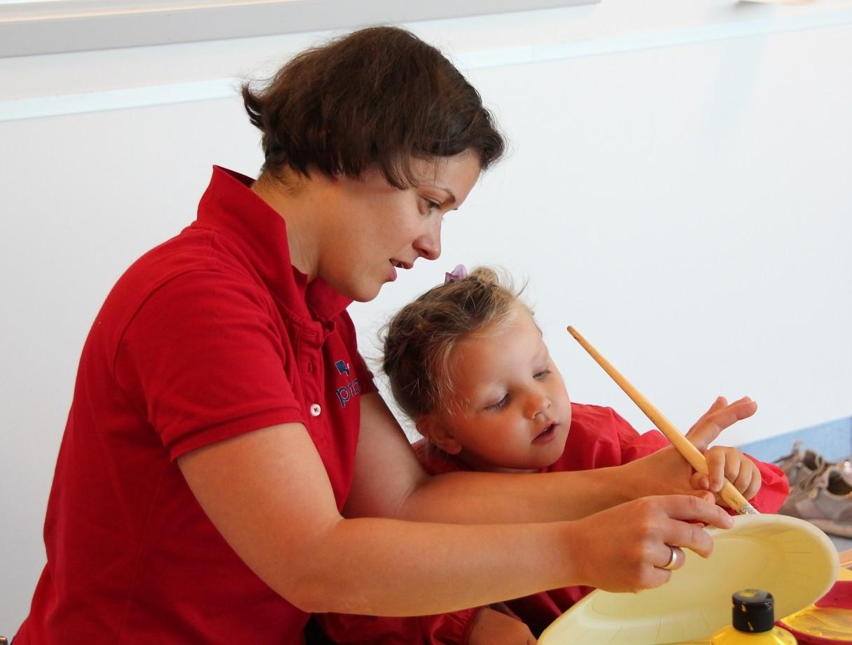 Bilde av habiliteringspedagog Zsuzsanna Fenyő og Olivia Sagstuen (4).