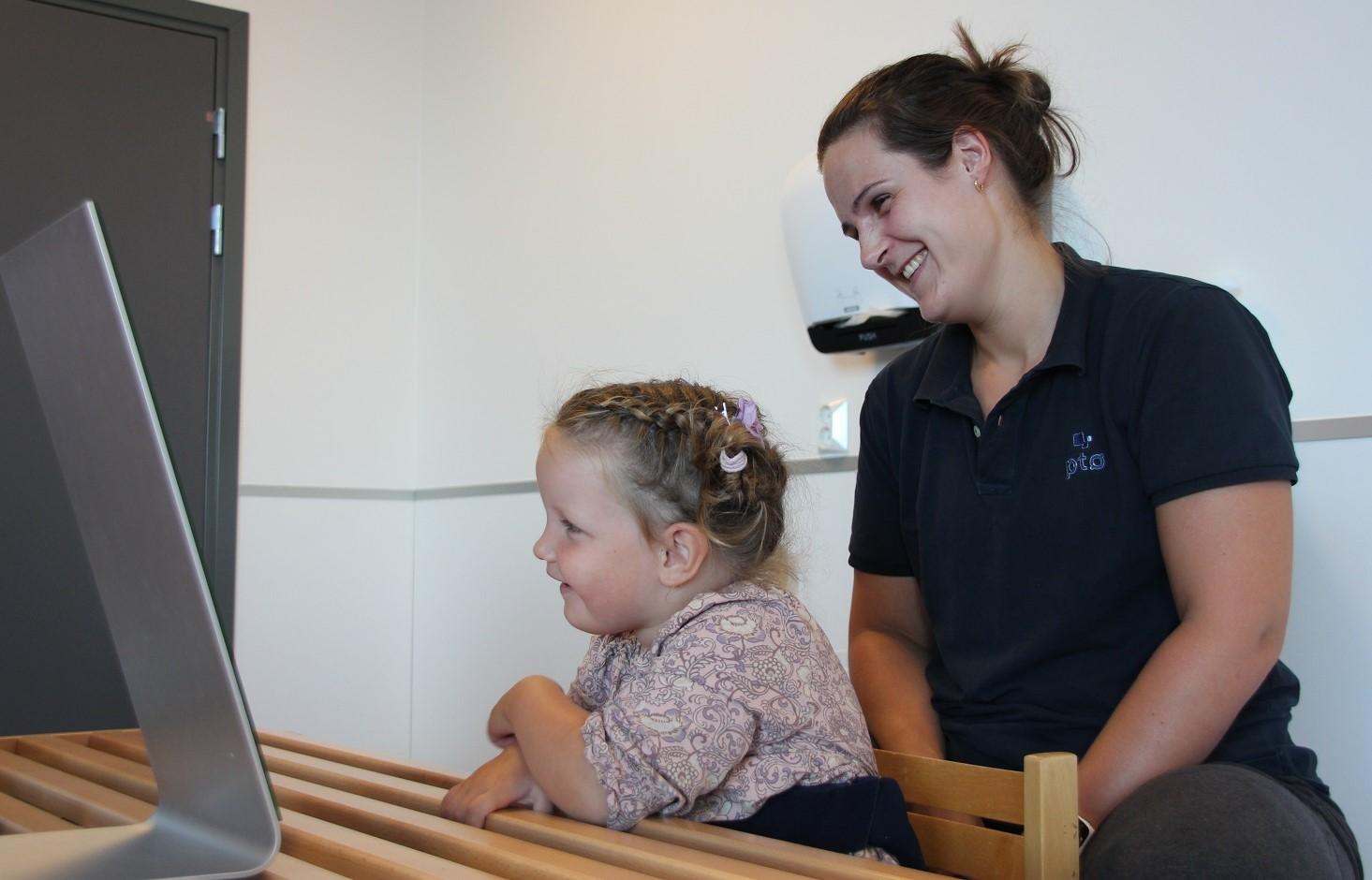 Bilde av ergoterapeut Anette Sjøstrøm og Olivia Sagstuen (4).