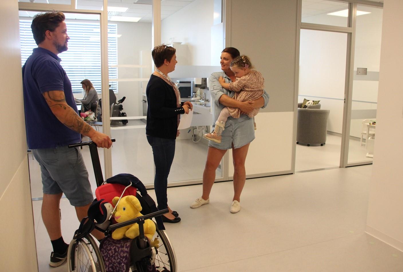 Bilde av Camilla og Kjell-Magne Sagstuen med datteren Olivia.