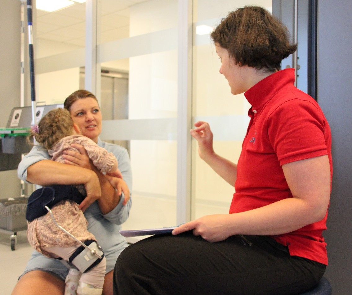 Bilde av habiliteringspedagog Zsuzsanna Fenyő og Camilla Sagstuen med datteren Olivia.