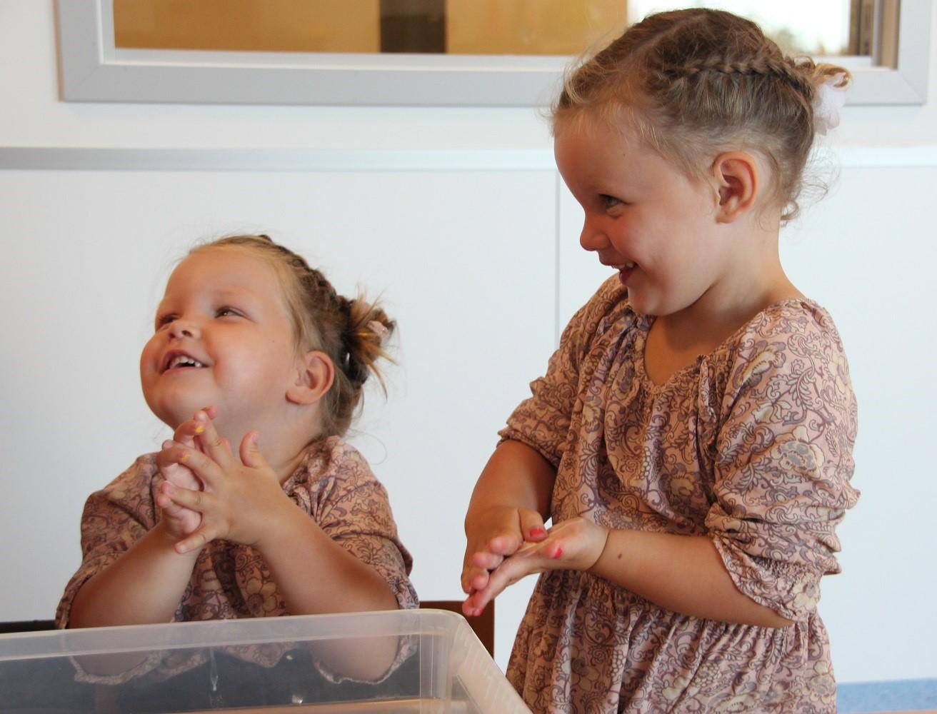 Bilde av tvillingene Olivia og Aurora