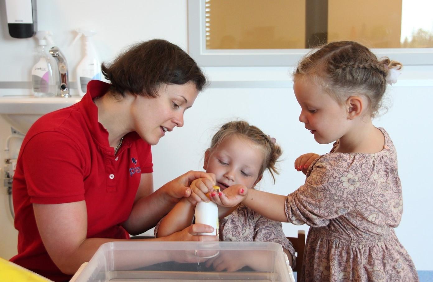 Bilde av habiliteringspedagog Zsuzsanna Fenyő og tvillingene Olivia og Aurora