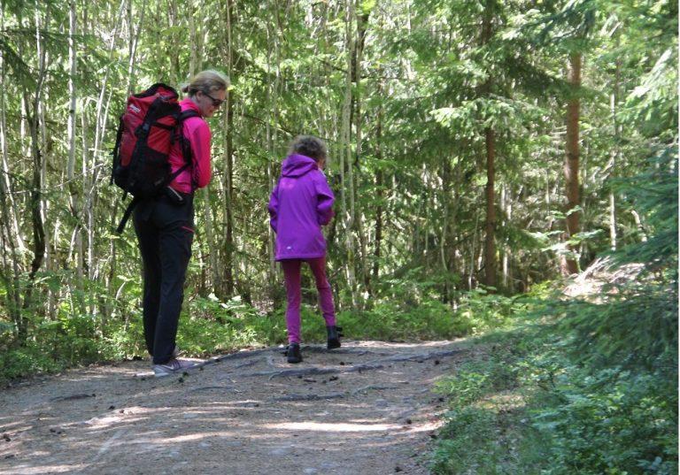 Bilde av Ann Helen Skjelvik og Rikke Skjelvik som går tur i skogen.
