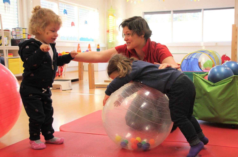 Bilde av Anja og Ida som trener med Zsuzsanna.