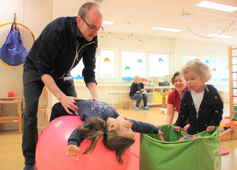 Bilde av Anja og Ida som trener med Kevin og Zsuzsanna. I bakgrunne observerer logoped Anna Monica Lyngås.