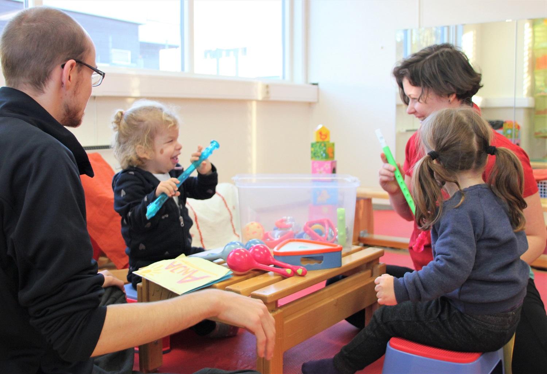 Bilde av Anja og Ida som trener med musikkinstrumenter sammen med Kevin og Zsuzsanna.