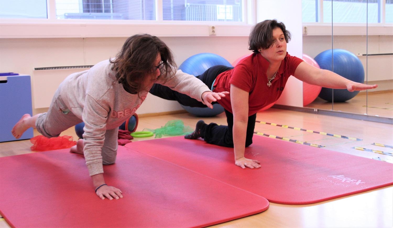 Bilde av Kristin Nerdal som trener på matte sammen med Zsuzsanna Fenyő.