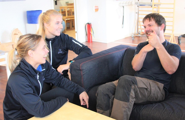 Bilde av Martin Johannessen som ler sammen med ergoterapeut Lisa Olsen og habiliteringspedagog Ingvild Frøysang.