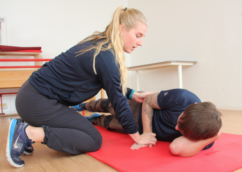 Bilde av Martin Johannessen som trener sammen med ergoterapeut Lisa Olsen.