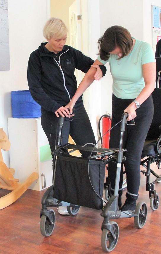 Bilde av Jorunn Sandal som trener sammen med fagleder og habiliteringspedagog Kari Hapnes.