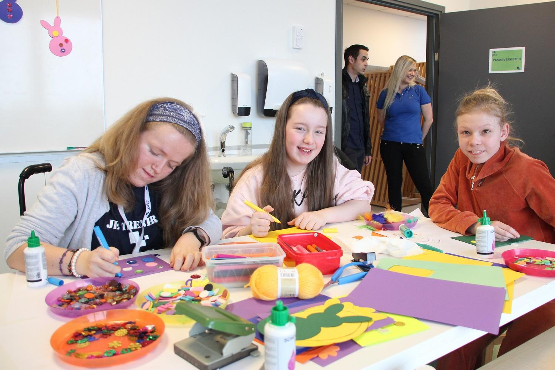 Bilde av Trude Kvissel Melbye (22), Mie Valle (12) og Martine Rognstad Jahre (12) som lager påskepynt.