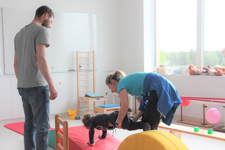 Henrik trener med Barbara. Faren er også tilstede som tilskuer i denne øvelsen.