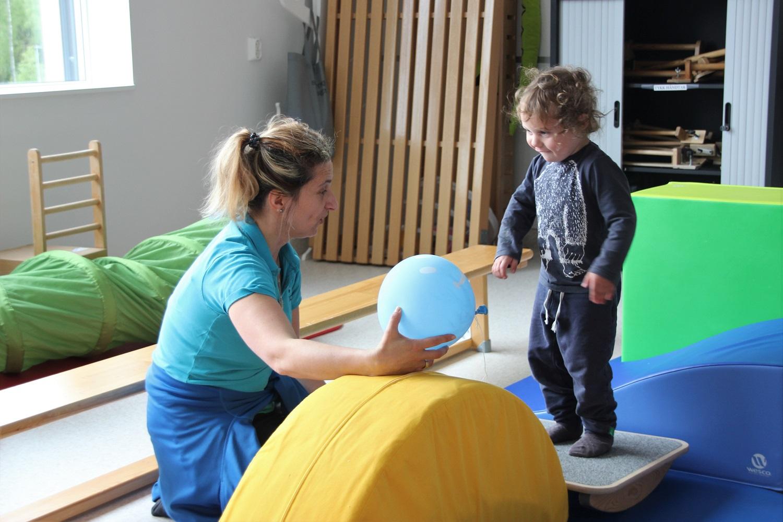 Henrik står på vippebrettet, og trener sammen med Barbara.