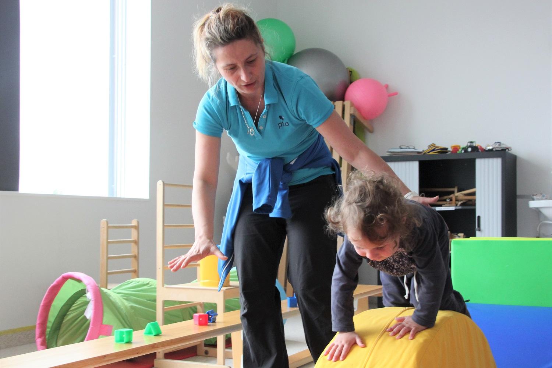 Henrik trener i hinderløypa sammen med Barbara.