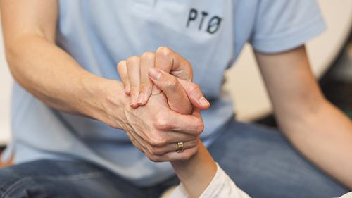 fotografi for nedlasting - to personer holder hender