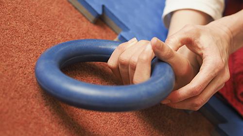 fotografi for nedlasting - hender som holder en blå ring