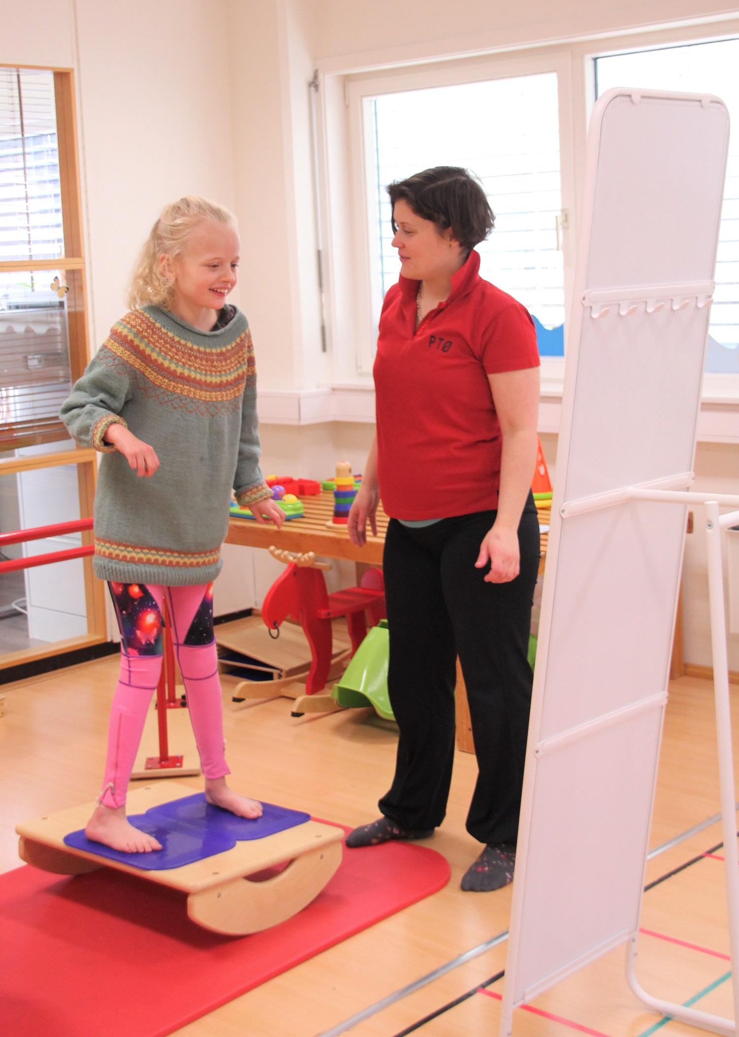 Oda trener på balansebrettet sammen med Zsuzsanna.