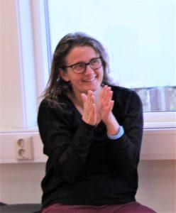 Bilde av Vigdis Fagerheim som klapper og smiler.