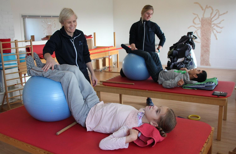 Bilde av Ina og Chian som trener sammen med Kari Hapnes og Lisa Olsen.