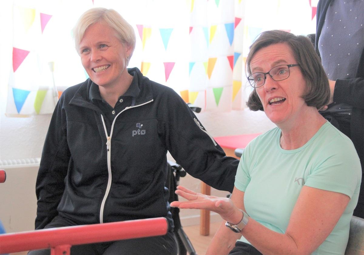 Bilde av Kari Hapnes og Jorunn Sandal som ler sammen.