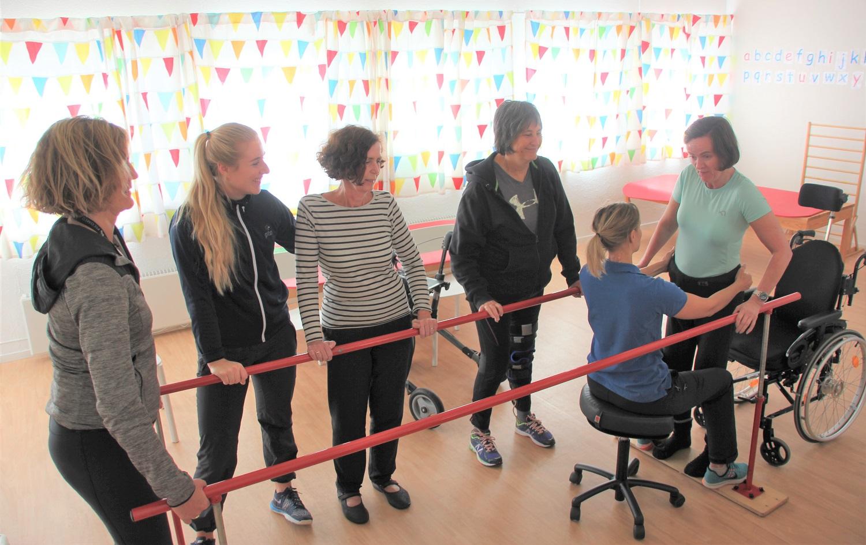 Bilde av Jorunn Sandal som trener sammen med MS-gruppa og habiliteringspedagog Ingvild Frøysang.